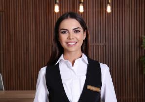 Schoonmaakbedrijf Amsterdam, een vrouwelijke personeel met een glimlach